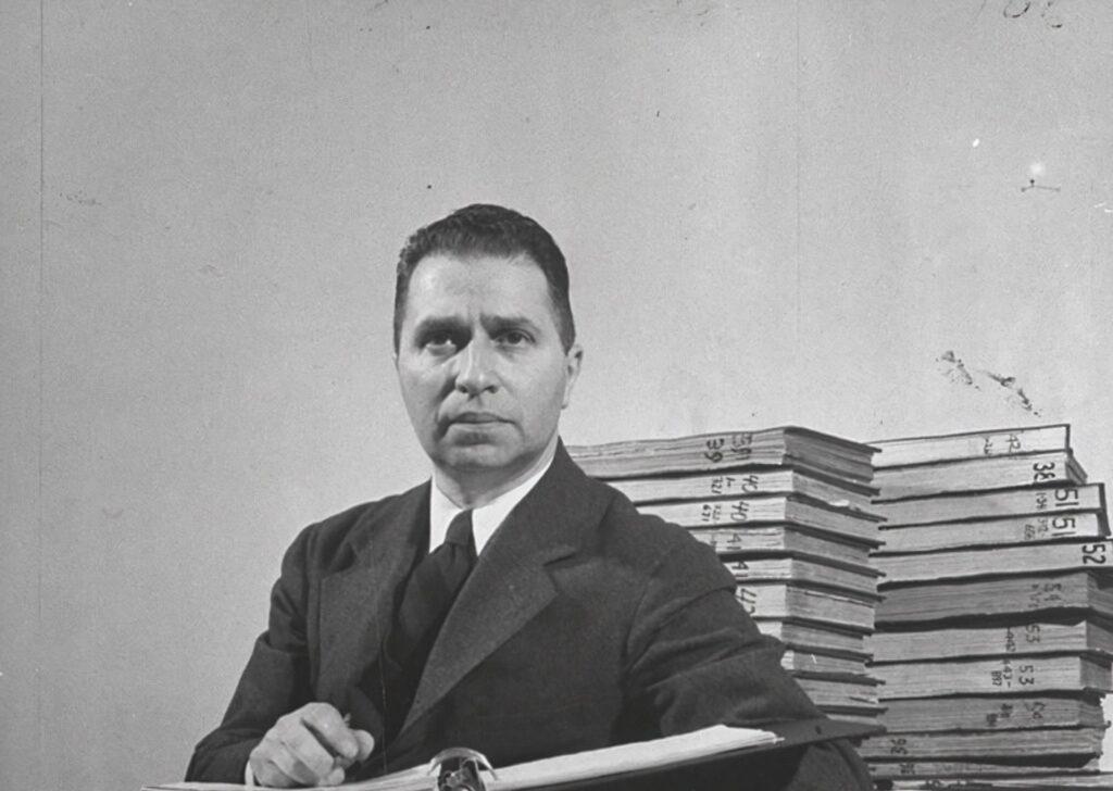 Мортимер Адлер с книгами